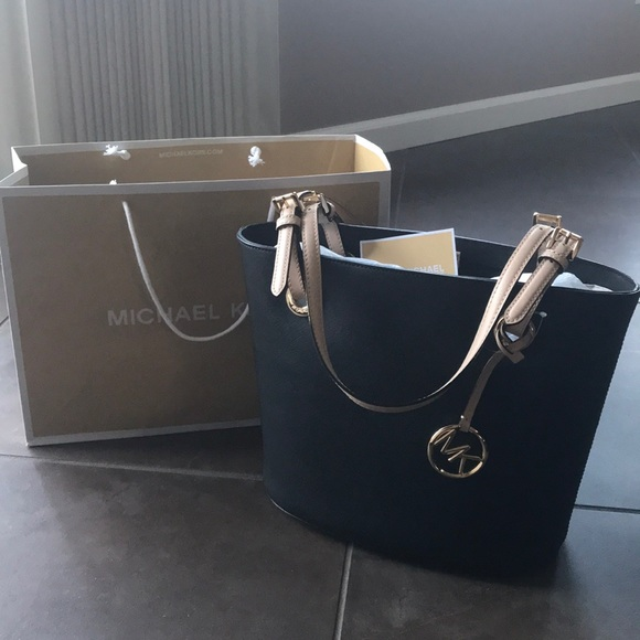 Michael Kors Handbags - NWT Michael Kors purse
